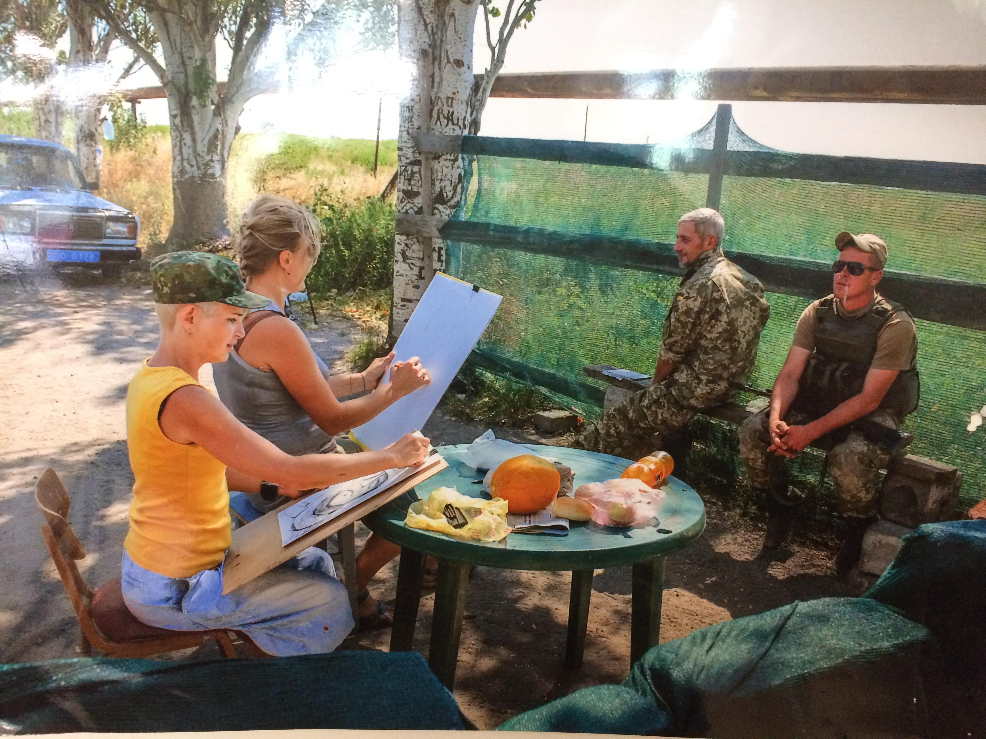 художницы рисуют военных